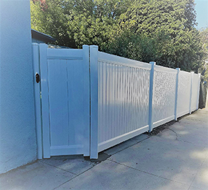 Genesis_Fence_10_Vinyal_Privacy_Gate_with_Accent_Top_White